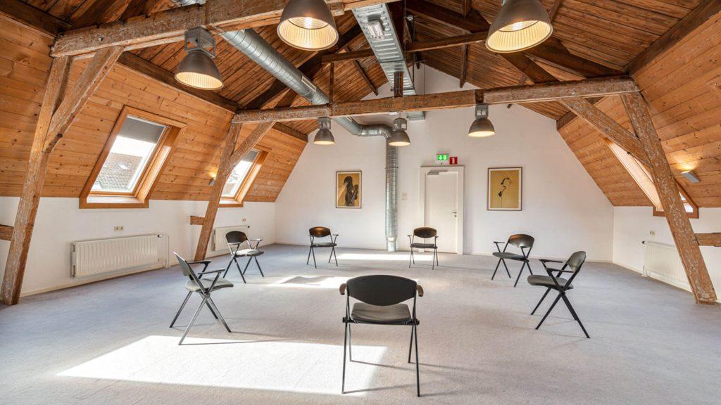 Kapelkamer ruimte zolder hout tapijt kring kunst licht