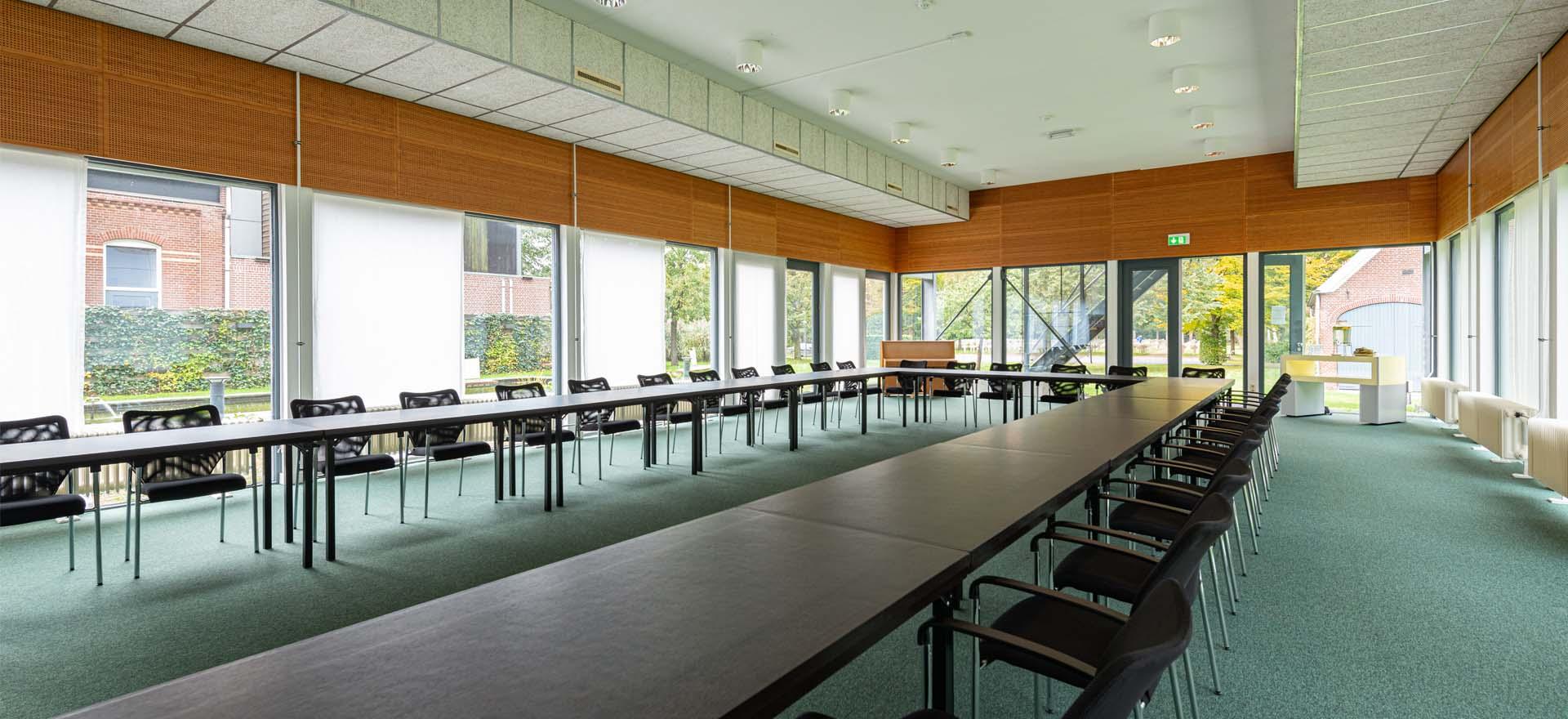Header Tuinkamer openslaande deuren ramen licht u-vorm tafels vergadering boardmeeting