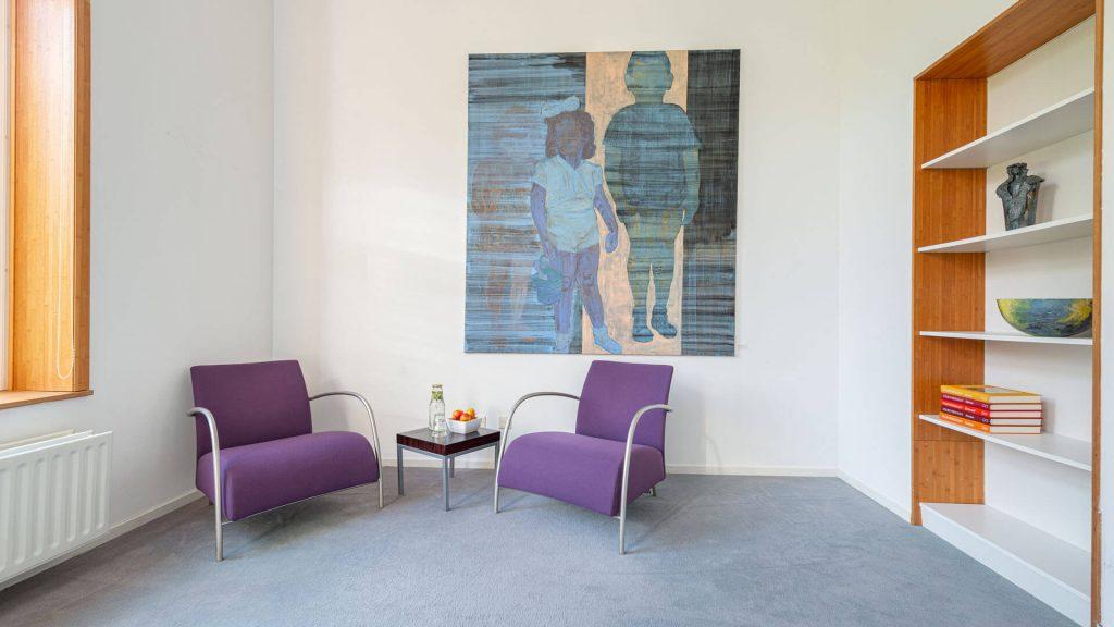 Verdiepingskamer lounge stoelen overleg