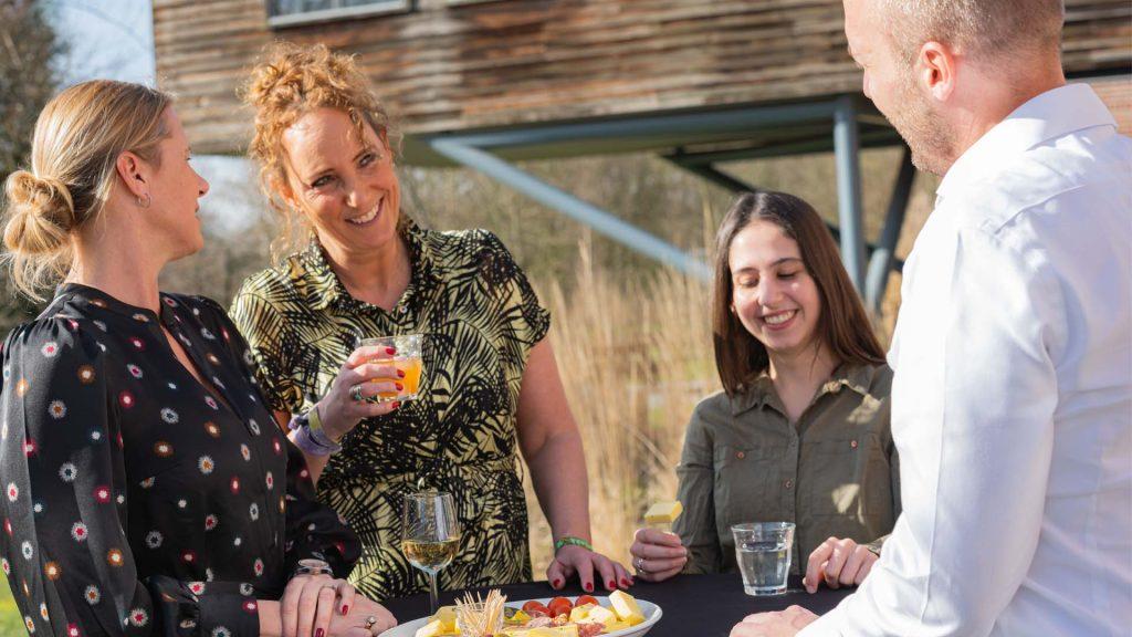 Borrel kaas worst luxe borrelplank proost drinken buiten zon