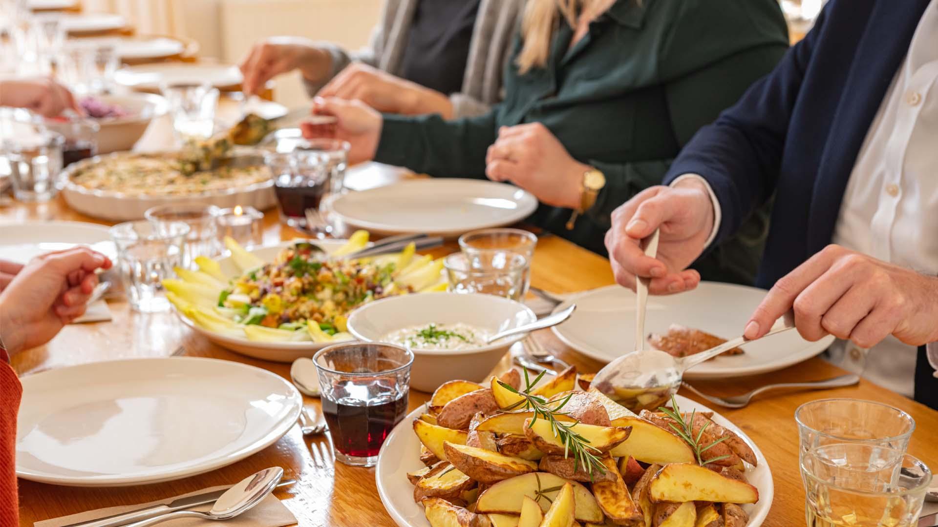 Diner samen gezellig share sharing salade groenten hoofdgerecht