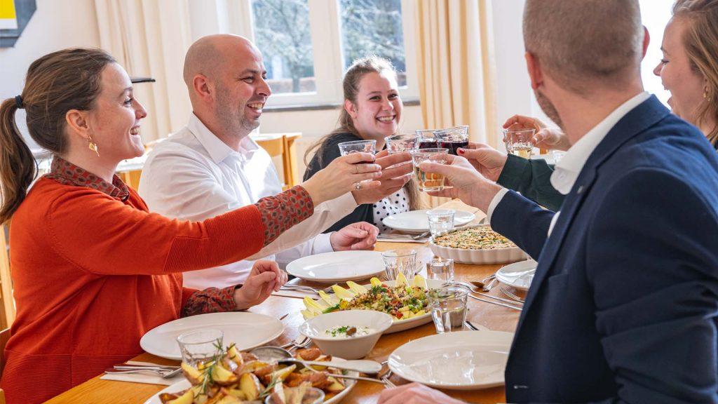 Diner share proost samen sharing hoofdgerecht delen met elkaar