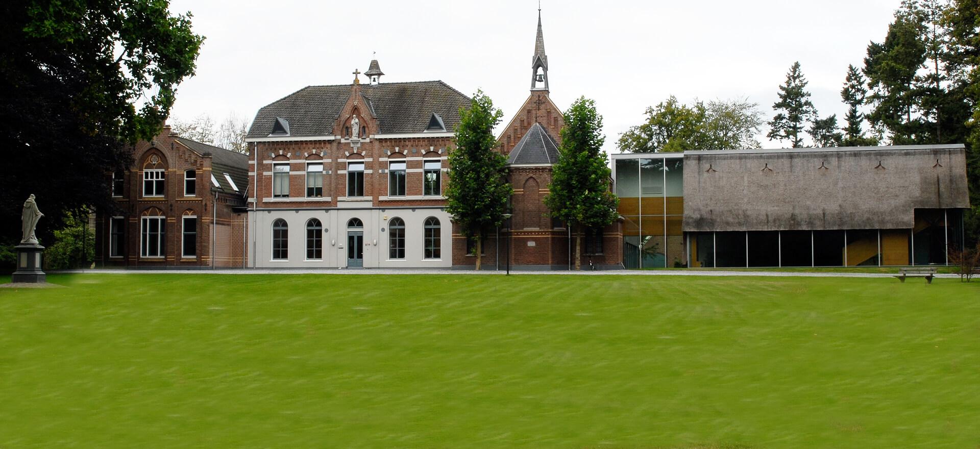 Kloosterhotel ZIN aanzicht voorzijde welkom groen gras voordeur klooster