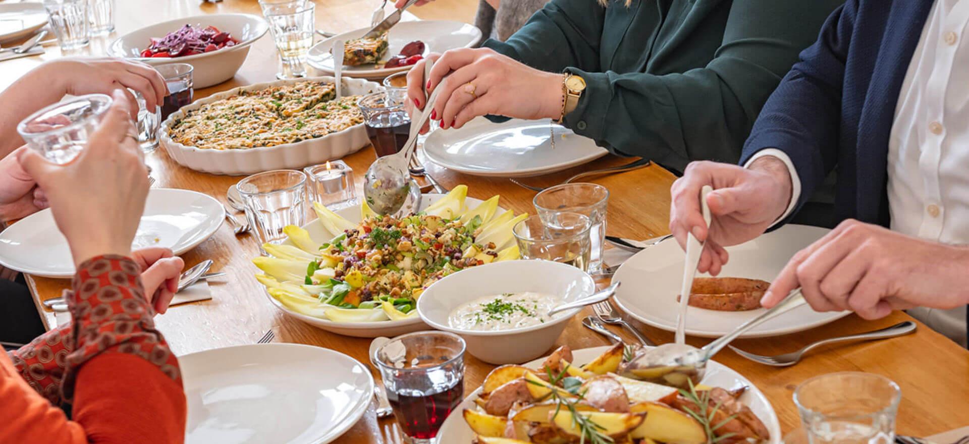 Kloosterhotel ZIN diner aan tafel gezellig