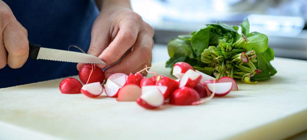 Kloosterhotel ZIN keuken chef kok radijs snijden snijplank gezond eten