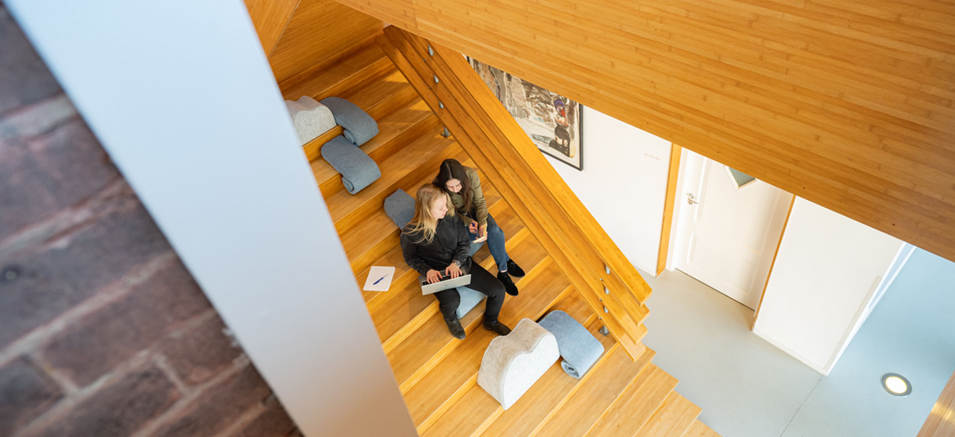 Kloosterhotel ZIN trap architectuur oude muur nieuw bamboe hout
