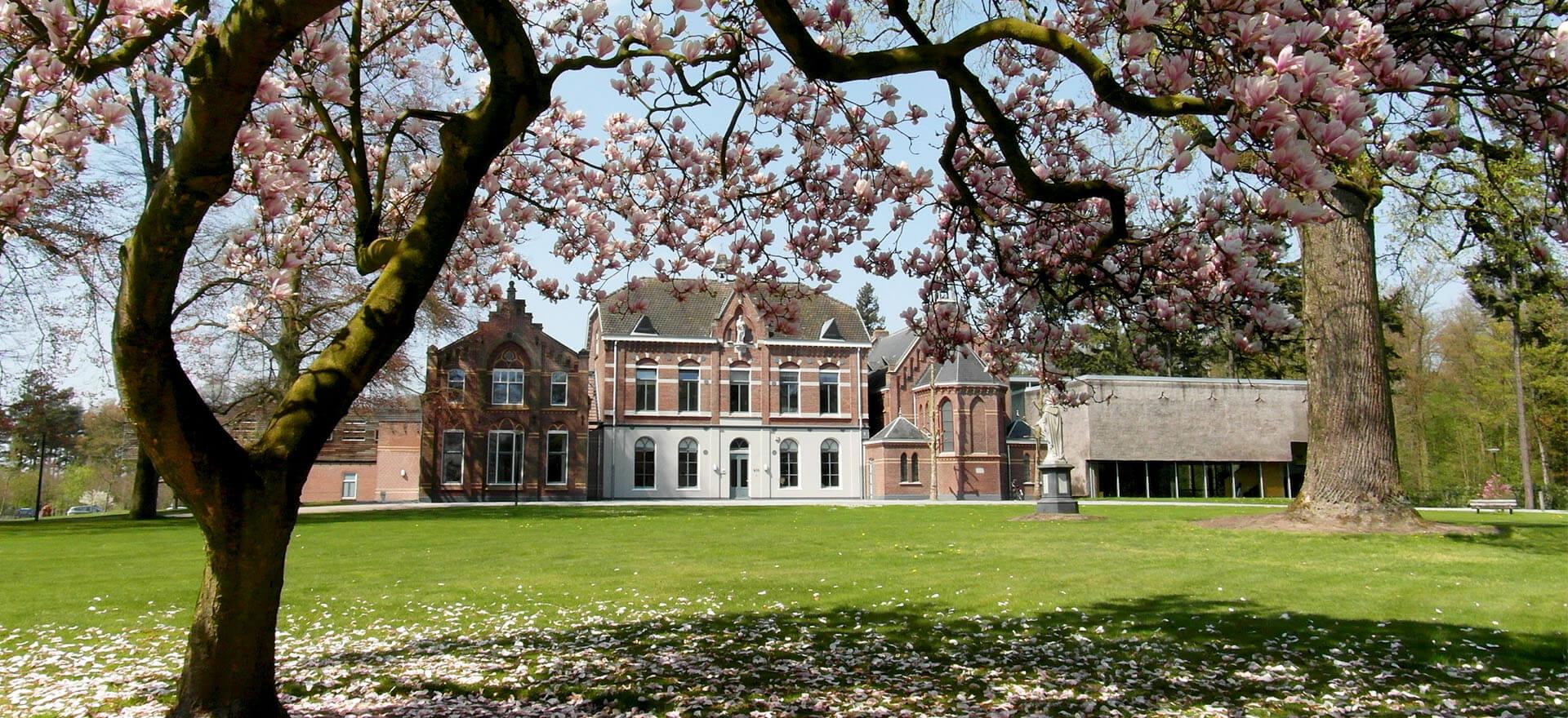 Kloosterhotel ZIN voorzijde landhuis welkom lente