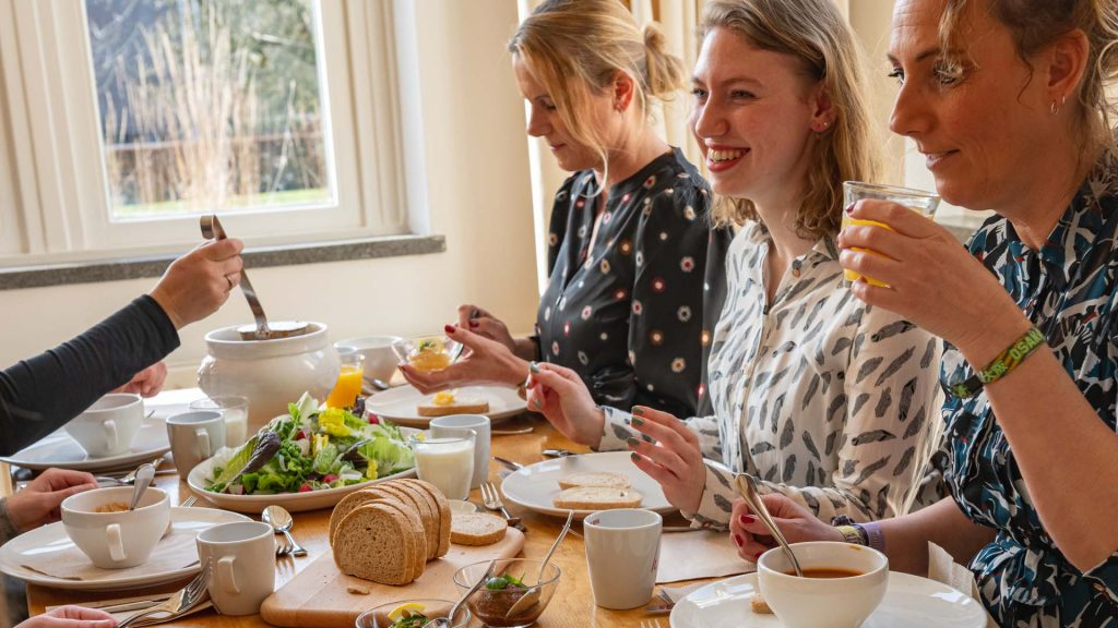 Lunch lachen gezellig samen soep broodjes salade sap