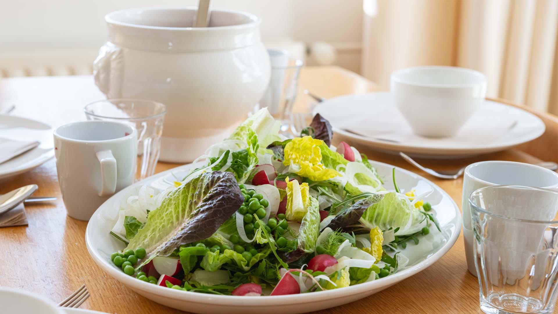 Lunch salade sla doperwt soep uitschenken tafel