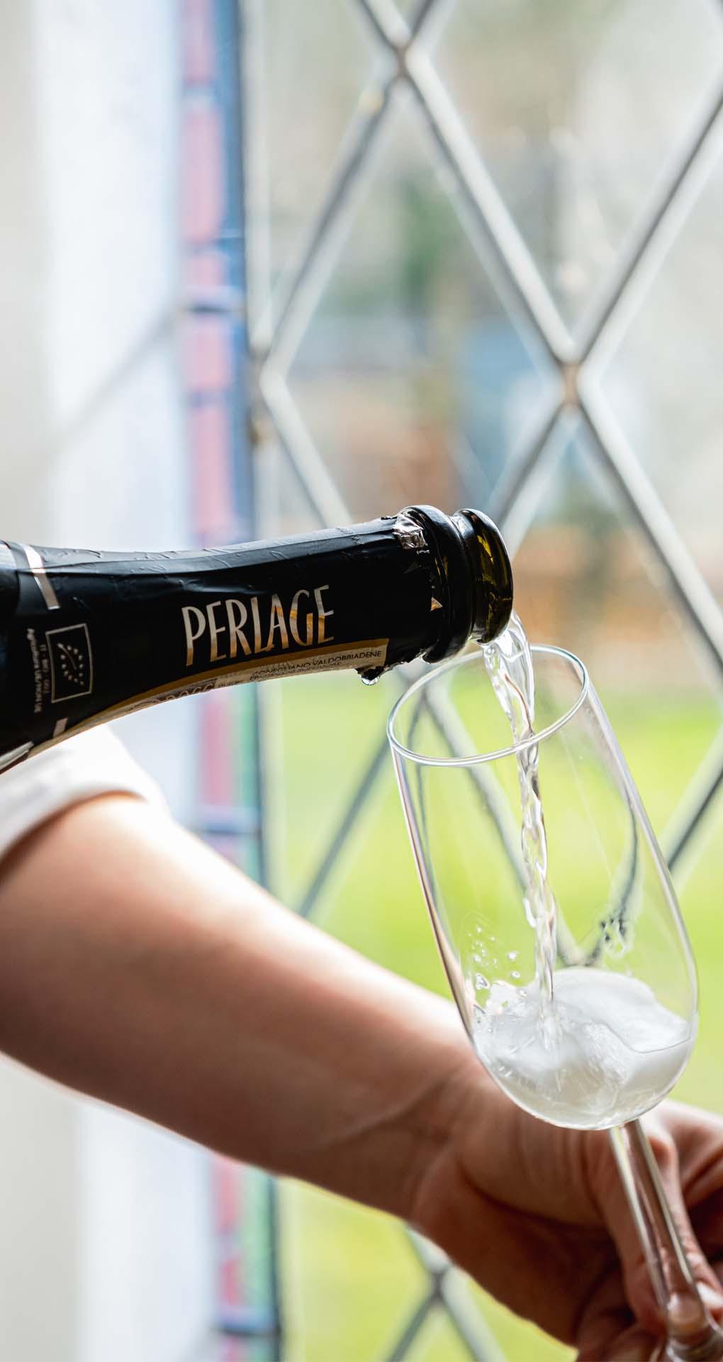 Bubbels champagne glas in lood schenken