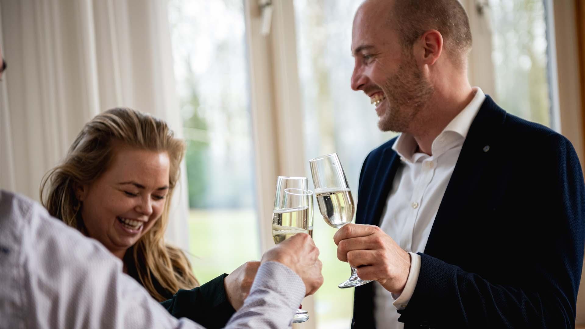 Proost bubbels cheers vrienden collega's gezellig borrel
