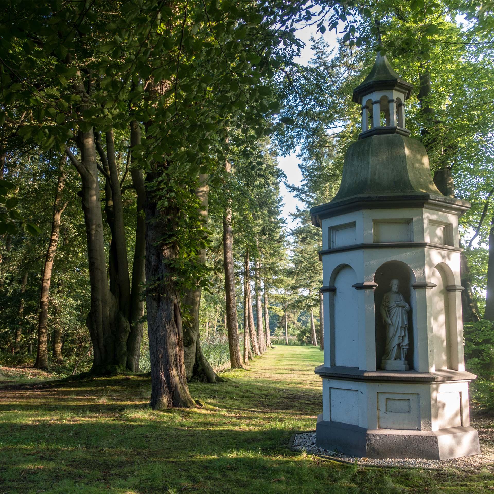 Stilte pad kapel goude viering rustig bos buiten