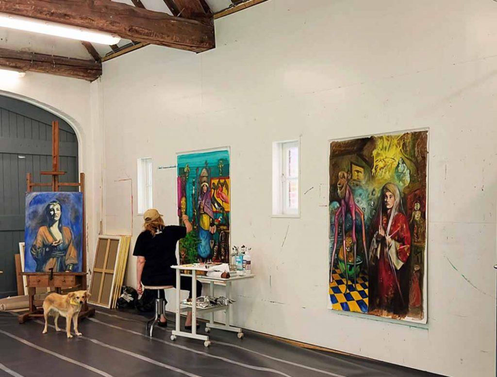 Kunstenaar in huis Atelier werken schilderen artist in residence olieverf